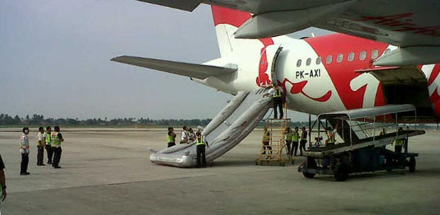 Escape Slide tiba-tiba keluar dari pesawat Air Asia