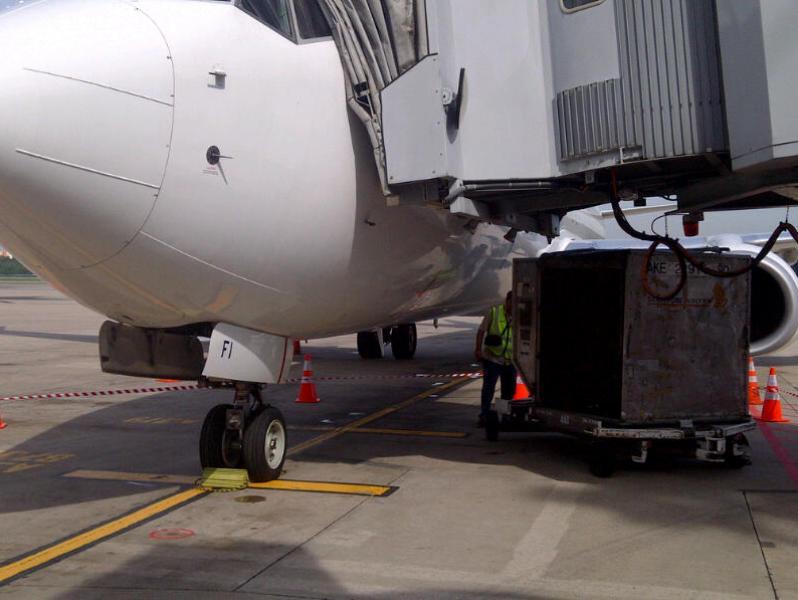 Apes lagi di Singapura – Pesawat Garuda ketabrak container Singapore Airlines