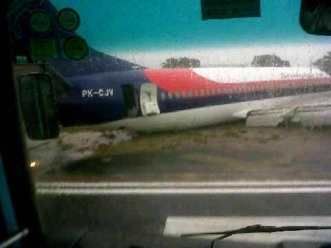 737-400 Sriwijaya Air keselip di Pontianak.